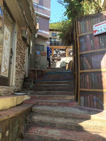 Con ngõ mô phỏng giá sách ngoài trời với những bậc được sơn thành các kệ, giá đỡ. Một điều lưu ý cho du khách khi dạo chơi ở đây là giữ gìn trật tự, không ảnh hưởng đến những người sống trong làng.