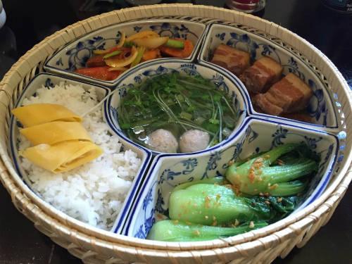 Mâm cơm đậm sắc Sài Gòn với nhiều món ăn như cải thìa, thịt kho, tôm sú, canh rau thịt, trứng chiên... Ảnh: Thảo Nghi