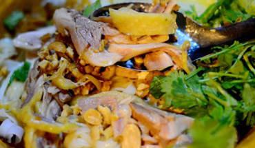 Một bát phở gà trộn có giá 35.000 đồng, gồm bánh phở, thịt gà xé nhỏ, hành phi, lạc rang và rau thơm. Ảnh: Nguyên Chi.
