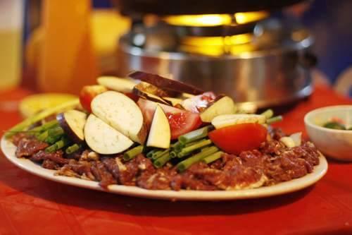 Thịt bò tươi được tẩm ướp với bí quyết riêng khiến món ăn cuốn hút thục khách. Ảnh: asobi