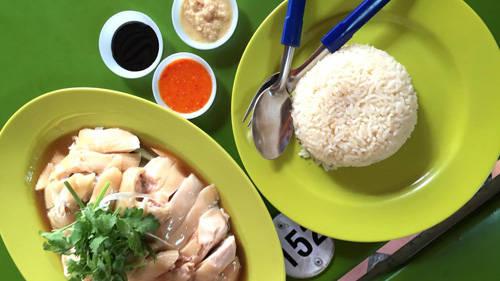 Cơm gà Hải Nam là một trong những món ăn truyền thống của Singapore. Món cơm đơn giản nhưng hấp dẫn qua bao năm tháng. Thịt gà luộc làm món này phải là loại có lớp mỡ mỏng béo ngậy giữa lớp thịt và da, chấm cùng nước mắm ớt, ăn với cơm nấu nước dùng gà dẻo thơm. Miếng gà ăn mềm như tan chảy trong miệng, nước thịt ngọt đậm đà kích thích mọi giác quan.