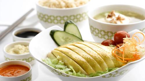 Từ cái nhìn đầu tiên, cơm gà ở đây không mấy khác biệt so với phiên bản ở quán Tian Tian trừ việc cơm được đựng trong những chiếc bát mạ đắt tiền.