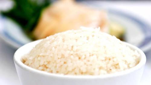 """""""Phần quan trọng nhất của món không phải là thịt gà mà là cơm. Cơm phải thơm"""", chủ quán Chatterbox chia sẻ. """"Với sả, gừng, tỏi và lá dứa, cơm ngon đến độ có thể ăn riêng cũng ngon"""". Cơm gà ở Chatterbox ngon và có đủ hương vị như ở Tian Tian. Tuy nhiên với giá đắt hơn 4 lần, bạn có được phần cơm nhiều hơn, phòng ăn sang trọng và giống gà lấy thịt từ Malaysia. Thịt gà mềm hơn và đậm đà hơn."""