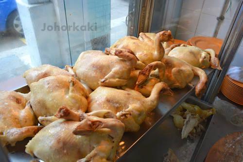 """""""Ngày xưa, người ta thường dùng những con gà mái già đã đẻ hết trứng để làm cơm gà. Bởi thế để đảm bảo có hương vị gà đậm đà nhất có thể, họ dùng nước gà trong cả cơm và nước canh. Càng nhiều càng tốt"""", chủ nhà hàng Chatterbox kể về nguồn gốc món cơm gà Hải Nam. Cơm gà là món ăn đầy đủ chất dinh dưỡng và tiết kiệm."""