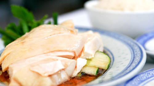 Khi người Hải Nam di cư đến Singapore vào khoảng giữa thế kỷ 19, họ chỉ làm phục vụ cho thực dân Anh hoặc giúp việc tại các quán ăn. Người Hải Nam thường phục vụ chủ nhà món cơm gà. Họ nghĩ món gà luộc đơn giản sẽ hài lòng mọi khẩu vị khác nhau. Câu chuyện cơm gà bắt đầu thay đổi khi người Nhật sang chiếm đóng trong thế chiến thứ 2. Người Anh buộc phải đi khỏi Singapore và người Hải Nam mất việc làm. Khi đó nhà hàng cơm gà đầu tiên ra đời giúp họ kiếm sống.