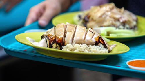 Nước vừa luộc gà được lấy để thổi cơm, chế nước canh và thêm vào nước chấm tương ớt. Mỡ gà còn lại trộn với dầu mè phết lên gà trước khi mang lên đĩa phục vụ thực khách. Tổng thời gian hoàn thành món cơm gà khoảng 2 giờ. Tuy nhiên, bí quyết gia truyền quyết định hương vị gà độc đáo lại không thể tiết lộ.