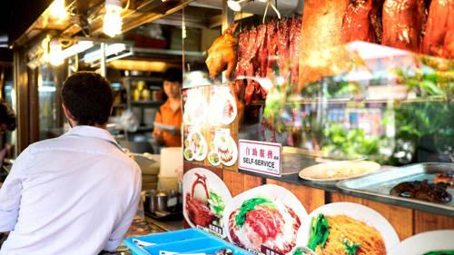 Chatterbox là quán ăn cao cấp gần đường Orchard, nơi liên tục giành được giải thưởng cho món cơm gà Hải Nam.