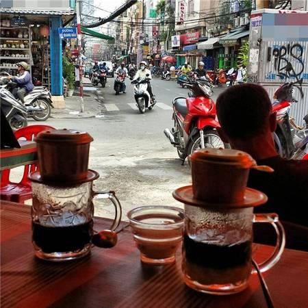 Không bia rượu, chỉ cà phê phin là đủ cho một buổi sáng đẹp trời ở phố Tây. (Ảnh: IG @michielstroo)