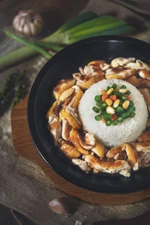 Phần cơm được chế biến và giữ trong chảo gang nên độ nóng luôn được đảm bảo cho đến những miếng cuối cùng. Có nhiều phần ăn đa dạng ngon lành cho bạn lựa chọn như thịt gà, thịt bò… đủ làm ấm bụng và no nê cho một buổi tối đẹp trời. (Ảnh: Internet)