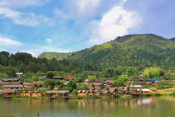 Cảnh đồi núi, sông nước hữu tình như tranh phong cảnh của làng Ban Rak Thai khiến không ít du khách say mê.