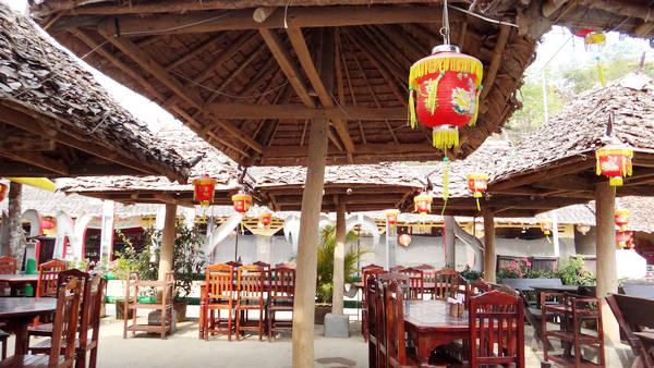 Khách du lịch có thể ngồi thưởng thức hương vị trà nổi tiếng của vùng ngay tại những quán đậm phong chất của Trung Quốc.