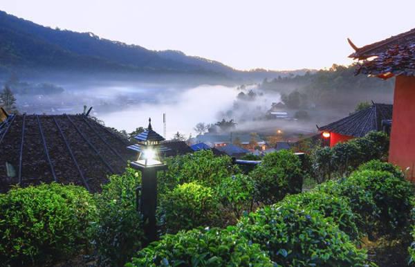 Khu làng khá biệt lập và chủ yếu nói tiếng Hoa, chỉ một số ít người trẻ nói được tiếng Thái.