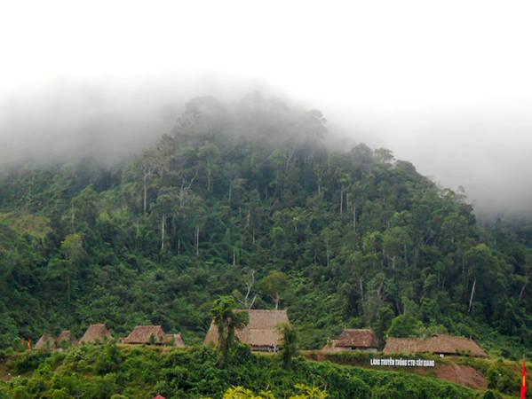 Nhiều du khách thích thú khi được ngắm sương chiều buông trên bản làng - Ảnh: Thanh Ly