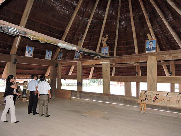 Du khách thăm những ngôi nhà trong làng truyền thông Cơ Tu để biết thêm về đời sống văn hóa nơi đây - Ảnh: Thanh Ly