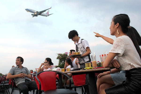 Ngồi sân thượng bạn có thế ngắm máy bay hạ cánh với cự ly rất gần. Ảnh: Zen Nguyễn