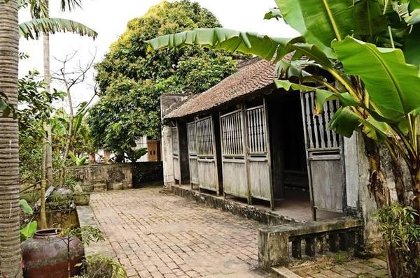 """Tọa lạc ở ngôi làng nhỏ thuộc xã Hòa Hậu, huyện Lý Nhân, tỉnh Hà Nam, ngôi nhà này được xây dựng cách đây hơn 140 năm. Chủ nhân ngôi nhà xưa kia là nguyên mẫu cho nhân vật Bá Kiến trong """"Chí Phèo"""", một tác phẩm văn học nổi tiếng của Nam Cao."""