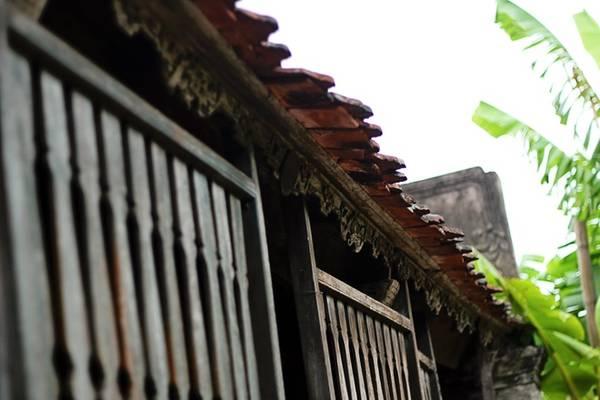 Ngôi nhà Bá Kiến nằm gần cuối xóm, thấp thoáng sau hàng cau cao. Được xây dựng trên mảnh đất rộng gần 1.000 m2, mặt nhà hướng Đông Nam, phía trước có một cái sân rộng với đủ loại cây trái. Điều này đã tạo nên sự mát mẻ, thoáng đãng cho khu nhà.