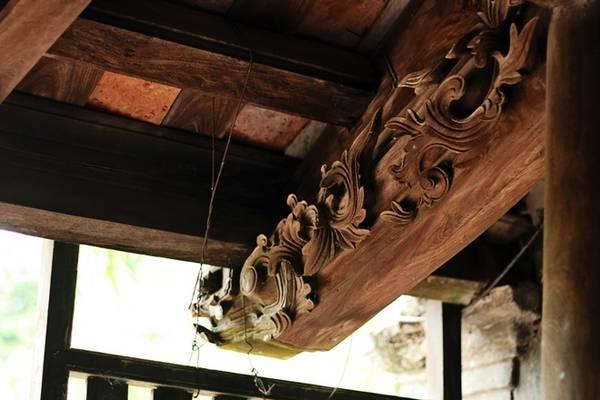 Không những được làm từ chất liệu gỗ lim quý hiếm, những cây cột, kèo của ngôi nhà đều được chạm khắc hình rồng, phượng rất tinh tế và đẹp mắt. Nếu quan sát kỹ hơn, bạn sẽ thấy dòng chữ Nho được khắc trên nóc nói về thời gian xây dựng ngôi nhà.
