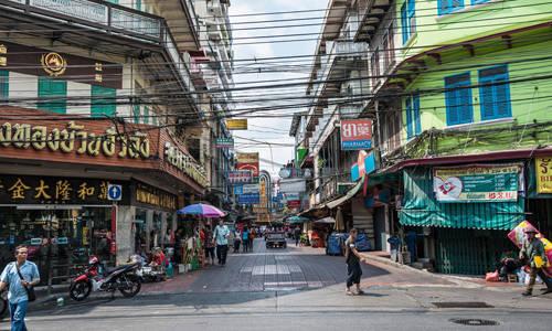 Chinatown Khám phá ẩm thực đường phố Bangkok mà bạn không ghé tới Chinatown thì chuyến đi coi như vẫn còn dang dở. Đây cũng là địa chỉ khởi nguồn cho các loại đồ ăn đường phố ở thủ đô Thái Lan và luôn hấp dẫn du khách khắp nơi tới thưởng thức. Trong số các món ngon phải kể đến là satay - một loại thịt xiên que tre, nướng trên lửa cùng sốt đậu phộng. Satay còn đi kèm dưa chuột đã trộn với hành, ớt, nước đường.  Ngoài ra, món ăn nhẹ phổ biến ở đây là lod chong Singapore. Có ý kiến là loại chè ngọt này làm từ những sợi bột gạo màu xanh, gốc từ Trung Quốc nhưng được yêu thích ở đảo quốc sư tử nên mới có tên gọi đó. Ảnh: alamy