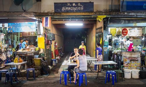 Sulkhumvit: Khu vực này gọi theo tên của con đường chạy xuyên qua, ngày nay khá nổi tiếng là điểm ăn uống của tín đồ ẩm thực Thái Lan cũng như du khách nước ngoài. Các quán cà phê, sushi rất nhiều ở Sulkhumvit. Bạn cũng có thể tìm thấy những hàng phở gà như Guaythiew Gai Sainampung, sạch sẽ, trang trí nhã nhặn và nước súp thì ngon tuyệt. Một số món ngon khác ở Sulkhumvit là cơm gà Hải Nam, pad krapao moo (cơm, thịt heo xào với ớt, húng quế), gai yang (gà nướng)... Ảnh: Alamy