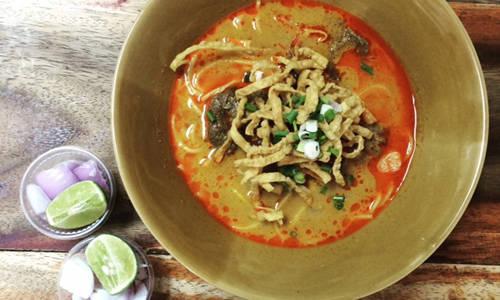 Silom & Sathorn: Đường Silom & Sathorn là một trung tâm kinh doanh đông đúc của Bangkok nhưng cũng nổi tiếng vì thu hút đông thực khách. Tại đây có rất nhiều quán ăn phục vụ các món mang đậm hương vị truyền thống mà bạn thỏa thích lựa chọn để ăn dù bị hạn hẹp cả tiền và thời gian.  Khao soy (trong hình) là mỳ cà ri trứng trứ danh vùng phía bắcThái Lan. Đây là món vừa bụng có thể chọn ăn vào bữa tối. Ngoài ra, ped thun (thịt vịt om) ở đây lại là một món ngon đường phố khác có nguồn gốc Trung Quốc. Ảnh: Chawadee Nualkhair