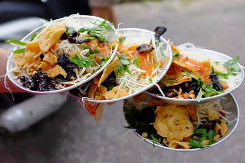 Dĩa gỏi khô bò giòn tan với đu đủ, đậu phộng, và bánh phồng tôm là một trong những món ăn được nhiều bạn trẻ Sài Gòn lựa chọn mỗi khi nhạt miệng. Ảnh: saigonamthuc