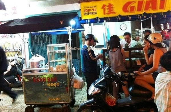 Chỗ bán bánh trứng chỉ là một chiếc xe nhỏ bên cạnh tiệm bán xôi ca dé đông đúc. Ảnh: diadiemanuong