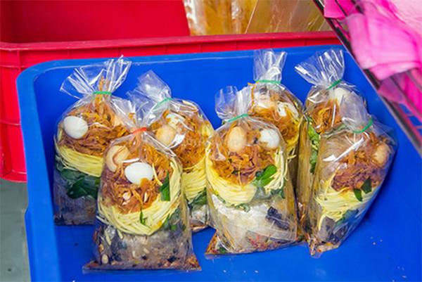 Những lúc vắng khách thì bánh tráng sẽ được gói từng bịch để sẵn. Ảnh: depplus