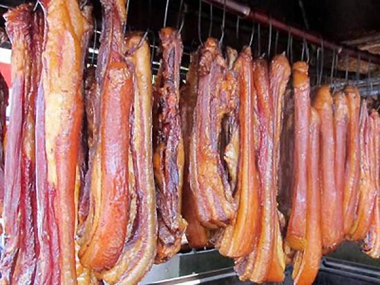 Thịt lợn muối có thịt giòn, rắn chắc. Ảnh: dulichvietnam.