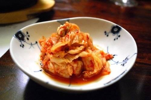 Kim chi: Là một món ăn xuất hiện hàng ngày trong bữa cơm của người Triều Tiên, kimchi làm từ dưa chuột, cải bắp đã ngâm, ướp cùng các loại tỏi, ớt, gừng, hay bột đậu.
