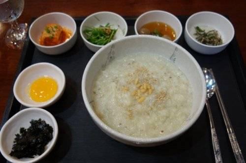 Cháo ngô: Món cháo nóng hổi này làm từ ngô là đồ ăn sáng rất phổ biến, được nhiều người Triều Tiên ưa thích.