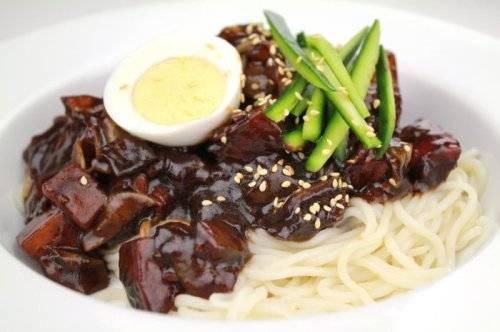 Naengmyun: Mì lạnh còn được gọi là naengmyun, cũng là một món ăn thường xuyên có mặt trong bữa cơm của người Triều Tiên. Món ngon này làm từ lúa mì, kiều mạch và cả khoai tây.