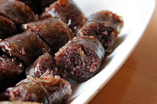 Soondae: Soondae vừa là món ăn đường phố, vừa là một phiên bản của dồi tiết ở Triều Tiên. Các nguyên liệu làm nên soondae gồm gừng tươi, vừng, ruột già của bò hoặc heo.