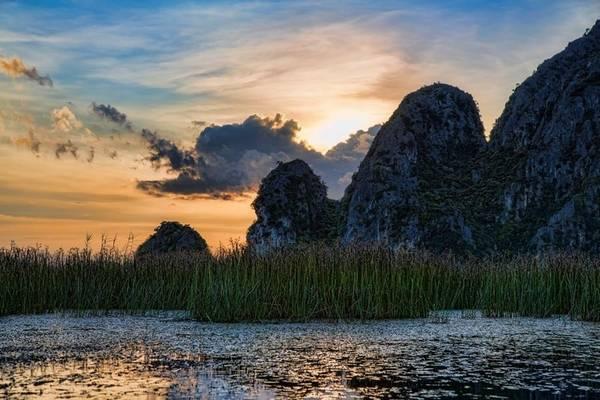 Những dãy núi sừng sững giữa vùng cỏ lác um tùm ở Vân Long. Ảnh: Chuck Kuhn