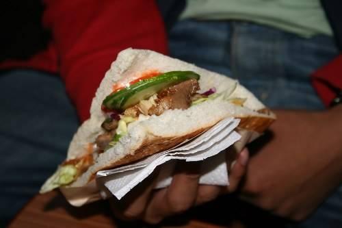 TP HCM, Việt Nam Ở TP HCM, món ngon có nguồn gốc từ Thổ Nhĩ Kỳ được gọi là bánh mì doner kebab. Đây là một món ăn đường phố phổ biến mà người dân địa phương rất yêu thích. Thay vì dùng thịt cừu hay bò, người Việt sử dụng thịt lợn để làm doner kebab. Phần thịt được cho lên trên cùng các loại rau thơm, sốt ớt, ăn kèm với bánh mì baguette.