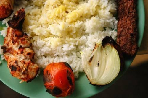 Quezon, Philippines: Những người Thổ Nhĩ Kỳ nhập cư đã đem món doner kebab tới Philippines. Đồ ăn này thường được thưởng thức vào bữa trưa và tối. Kebab là thịt xiên ăn cùng rau củ và cơm.