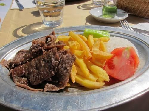 Istanbul, Thổ Nhĩ Kỳ: Về với quê hương của doner kebab, bạn có thể thưởng thức món thịt thơm ngon này mọi lúc, mọi nơi với khoai tây chiên, cà chua và sốt sữa chua.