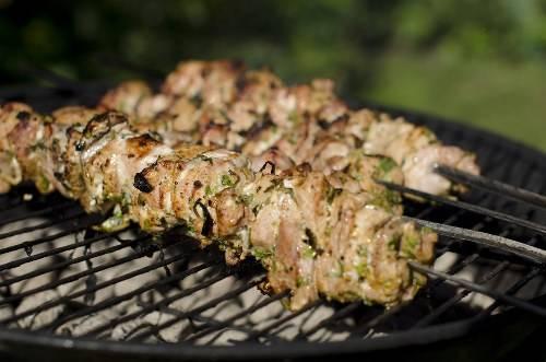 Karachi, Pakistan: Ở Karachi du khách sẽ tìm thấy rất nhiều tên cho món ăn này như Seekh kebab, bihari kebab, gola kebab, reshmi kebab, shami kebab. Khác với nhiều nơi, doner kebab lại là món ăn đặc biệt trong bữa tối của các gia đình Pakistan. Thịt được cắt nhỏ ướp gia vị với ớt, tỏi, gừng rồi nướng hoặc rán.