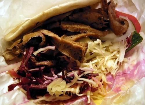 <strong>London, Anh:</strong> Doner kebab có thể gọi tắt là kebab khi bạn đang ở xứ sở sương mù London. Món này thường được mua và ăn nhiều nhất là sau 21h, có khi tới 2h sáng hôm sau. Vì do người Thổ Nhĩ Kỳ và Pakistan chế biến nên chiếc doner kebab bao gồm những nguyên liệu quen thuộc như thịt cừu, gà hay bò, cuộn trong bánh mì pita với cà chua, dưa chuột, rau củ, cải bắp, thêm sốt ớt cay và đặc biệt là nhiều tỏi.