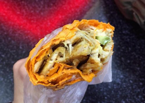 Moscow, Nga: Người Nga gọi món này là Shaurma hoặc Shaverma và thường ăn vào bữa trưa hoặc tối. Doner kebab ở Moscow gồm thịt thái lát, các loại rau kẹp trong một chiếc bánh mì dẹt lavash. Người Nga còn có thói quen cho thêm mù tạt và tương cà chua khi thưởng thức món ăn này.
