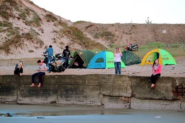 Địa điểm cắm trại nhìn từ biển vào.