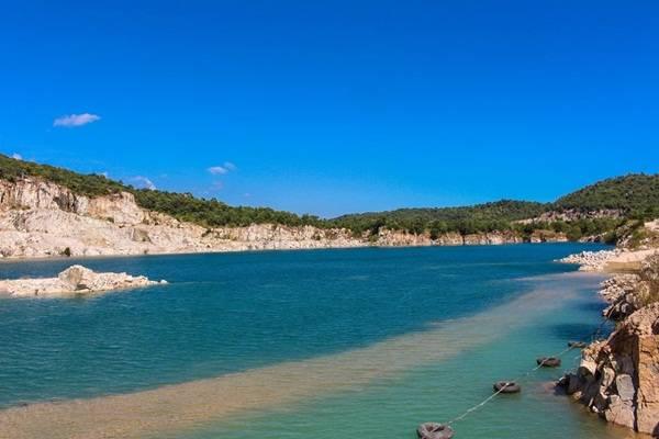 Chạy xe từ hướng Sài Gòn về Vũng Tàu, bạn sẽ gặp một con đường dẫn vào hồ khai thác đá. Bạn có thể tìm địa điểm này trên GPS. Ở đây có 2 hồ, một hồ đang khai thác làm nơi chụp ảnh cưới, hồ còn lại vẫn nguyên vẹn.