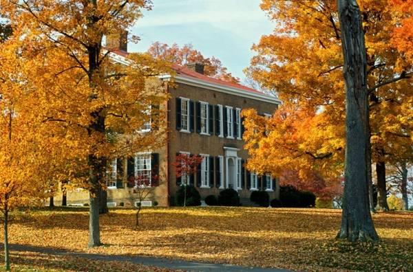 BardStown, Kentucky Được mệnh danh là thủ phủ rượu Bourbon của thế giới, thị trấn BardStown tại bang Kentucky còn được những người yêu du lịch lựa chọn là một trong những địa điểm ngắm mùa lá vàng, đỏ đẹp nhất nước Mỹ.