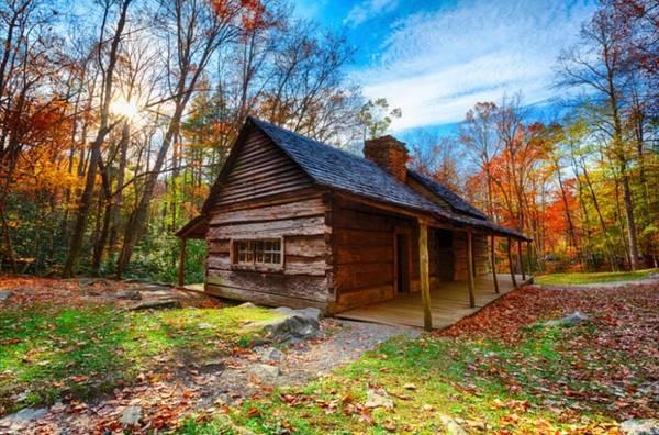 Gatlinburg, Tennessee Khung cảnh Gatlinburg được tô điểm theo mỗi thời điểm khác nhau trong suốt mùa thu, khi những cánh rừng trên dãy núi Great Smoky thay lá tùy theo độ cao, tạo nên các tầng lá đa màu sắc.