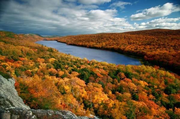 Ontonagon, Michigan Khu vực Ontonagon nổi tiếng với những điểm trượt tuyết mùa đông. Tuy nhiên, nếu tới đây vào cuối mùa thu, bạn có thể đắm mình trong khung cảnh lộng lẫy của núi Porcupine với những cánh rừng rợp lá vàng và đỏ.