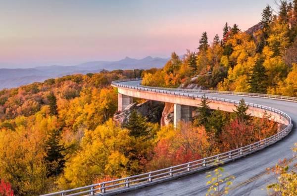 Cherokee, North Carolina Thị trấn nhỏ này là cửa ngõ cho du khách tới với con đường xuyên rừng Blue Ridge, nơi mà bạn có cảm giác như đang lái xe giữa những tầng lá đầy màu sắc. Đây cũng là điểm đến mà bạn có thể khám phá những nét văn hóa châu Mỹ bản địa.
