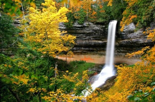 Munishing, Michigan Thị trấn nhỏ Munishing nằm trên bán đảo Michigan tiếp giáp với bờ nam của hồ Superior. Khung cảnh mùa thu vàng càng làm tăng thêm vẻ đẹp sống động, rực rỡ cho những thác nước nơi đây.