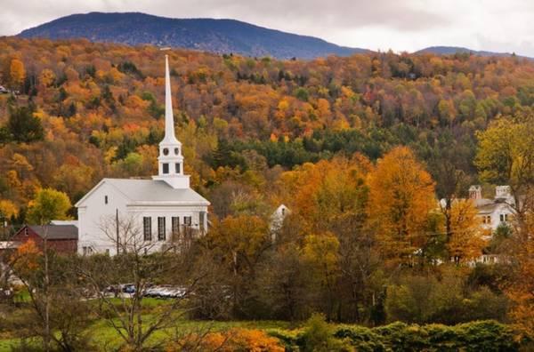 Stowe, Vermont Vermont được coi là nơi có khung cảnh mùa thu vàng đẹp nhất trên thế giới. Một chuyến du lịch tới thị trấn Stowe chắc chắn sẽ làm du khách tin vào điều đó. Thời điểm thích hợp nhất để tới đây là từ cuối tháng 10 tới trung tuần tháng 11.