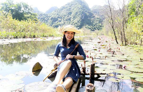 Du khách chụp ảnh bên dòng suối Yến thơ mộng mùa hoa súng - Ảnh: Bá Quỳnh