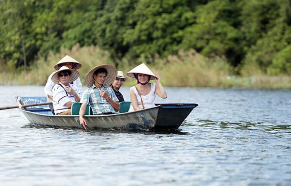Nằm cách Hà Nội khoảng 60km, đến đây du khách chỉ mất thêm 240.000 tiền thuê đò là có thể đi khắp suối Yến chiêm ngưỡng vẻ đẹp của hoa súng và ngắm cảnh - Ảnh: Bá Quỳnh